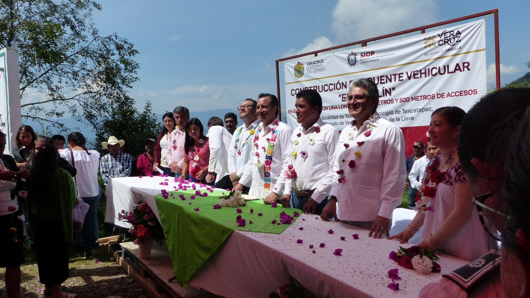 Manifestación pacífica rinde frutos y el gobernador del estado visita Texcatepec.